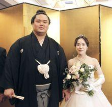 挙式披露宴を開いた妙義龍と香奈夫人=16日、東京都内のホテル