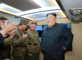 「新型戦術誘導弾」の発射を視察した北朝鮮の金正恩朝鮮労働党委員長(右)。8月7日付の労働新聞が報じた(コリアメディア提供・共同)