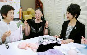 乳がん患者にプレゼントする胸帯を選定する門田智佐さん=中央=ら(高知市のソーレ)