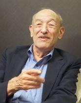 報道陣の取材に応じるハーバード大のエズラ・ボーゲル名誉教授=14日午後、福岡市