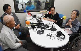 FM番組に出演した吉元花江さん(右端)と福岡利盛さん(左手前)=曽於市末吉の「SOO Good FM」
