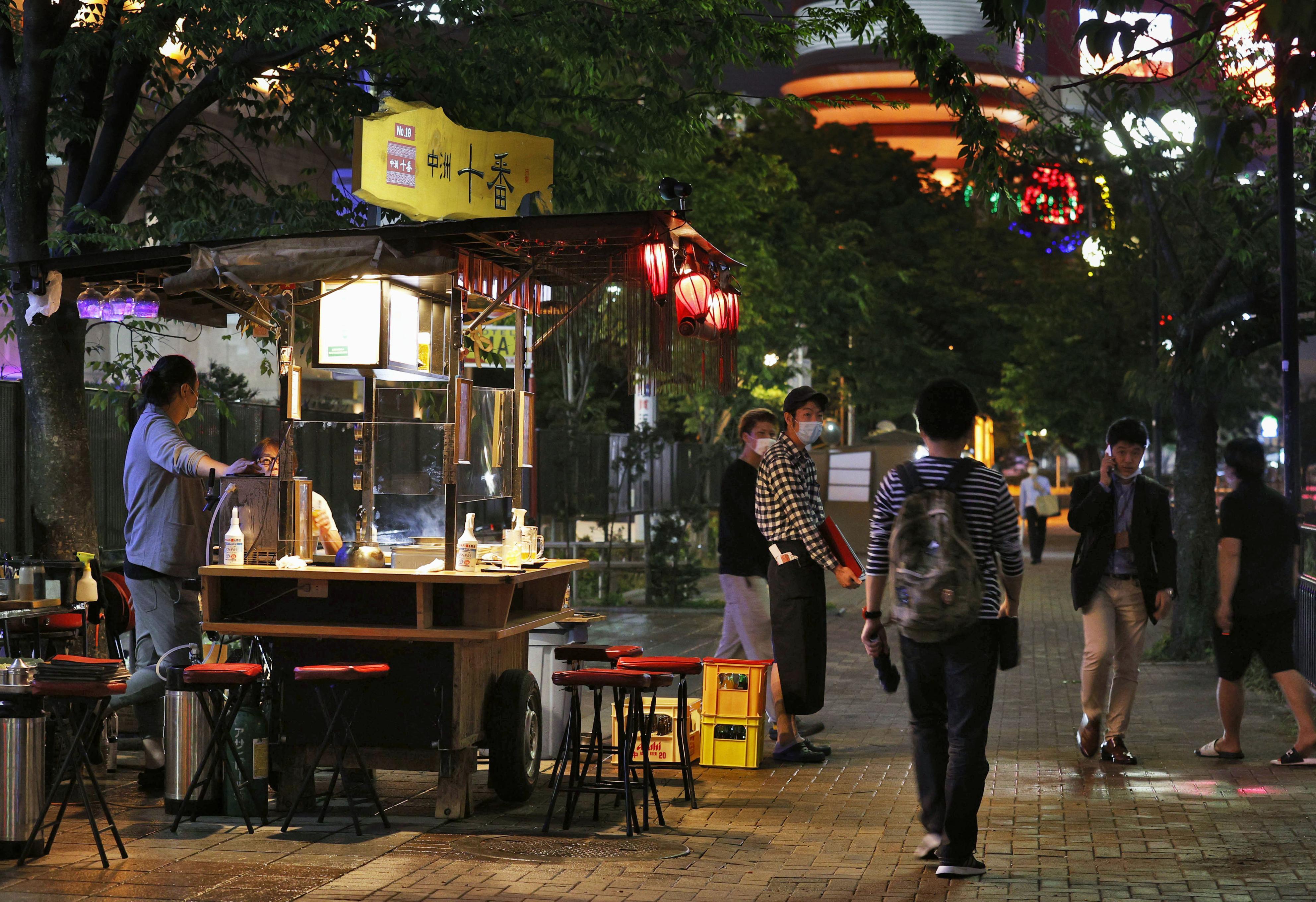 緊急事態宣言が解除されて初めての週末を迎え、営業を再開した福岡市の繁華街・中洲の屋台=16日夕