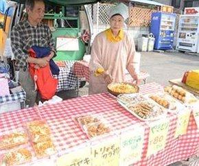 屋台で焼きそばなどを販売する会沢正光さん(左)と妻の則子さん=都留市つる1丁目