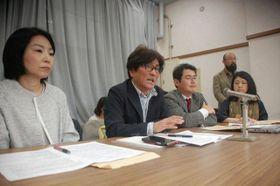 補助金再開を求める声明を発表する渡辺准教授(左から2人目)ら=埼玉県庁
