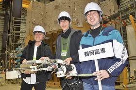 廃炉創造ロボコンで優勝した鶴岡高専の学生=15日午後、福島県楢葉町