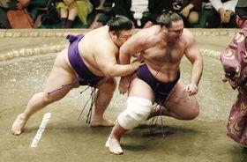 貴景勝(左)が送り倒しで栃ノ心を破る=両国国技館