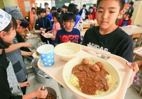 網走市内の小学校で、児童たちに配膳されるフィジー風給食