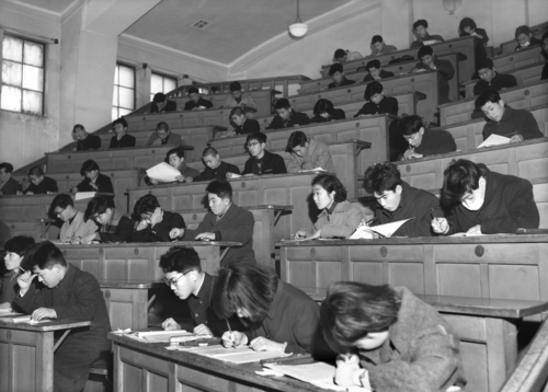 京大など国立大学一期校の入学試験を受ける受験生たち=1958年、大阪府