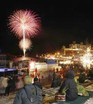宮城県気仙沼市で始まったイルミネーションイベントで打ち上げられた花火=8日夜(長時間露光)