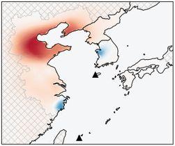 研究チームが推定したCFC11の放出量の変化。赤色が濃い地域ほど量が増えている。青色は減少を示す。▲は観測地点(英科学誌ネイチャー、Rigby氏、Park氏ら提供)