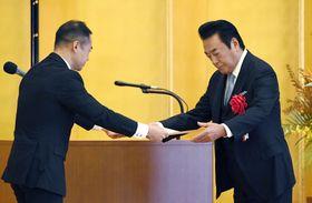 納税表彰式で財務大臣表彰を授与される高橋英樹さん(右)=24日午前、東京都港区