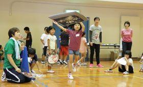 座布団飛ばしに挑戦する児童=雲仙市、小浜体育館