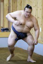 朝稽古で汗を流す稀勢の里=福岡県大野城市の田子ノ浦部屋宿舎