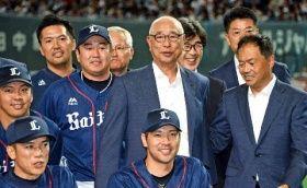 西武の球団本部長だった昨年、笑顔で記念写真に納まる鈴木氏(中央)