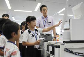 ローソン本社で親の職場を見学する子どもたち=9日、東京都品川区
