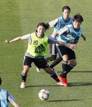 サッカー女子W杯に向け、ミニゲームで調整する(手前から)鮫島、三宅、長谷川=千葉県内