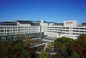 整備事業が完了した平塚市民病院。左の建物が新館、右が本館 =平塚市南原(同病院提供)