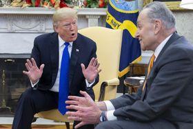 会談するトランプ米大統領(左)と民主党のシューマー上院院内総務=11日、ホワイトハウス(UPI=共同)