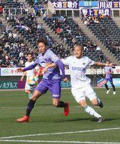前半、相手守備に体を入れられる松本山雅・前田選手(右)=広島市のエディオンスタジアム広島で