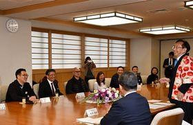 三村知事(右)のあいさつに耳を傾ける香港の旅行社代表者ら