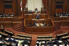 各党の代表質問が行われた参院本会議=24日午前