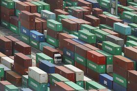 輸出入のコンテナが並ぶ東京港=7月