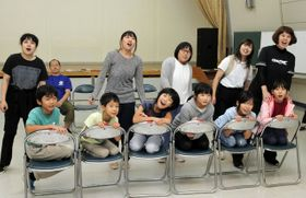 鍛冶屋線を舞台とした劇の練習を重ねるセミナー受講生ら=多可町中区茂利、中コミュニティプラザ
