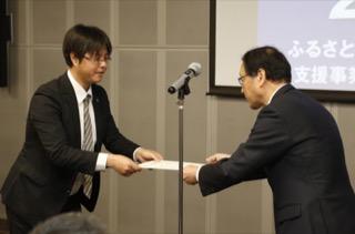 修了証書を受け取る古海洋介さん(左)
