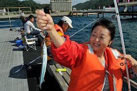 初めての海釣りでサヨリを釣り上げ喜ぶ参加者