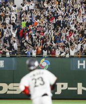2次リーグの日本―キューバ戦で、山田(手前)の2ランに大喜びする観客=14日、東京ドーム