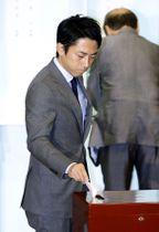 自民党総裁選で投票する小泉進次郎筆頭副幹事長=20日午後、東京・永田町の党本部