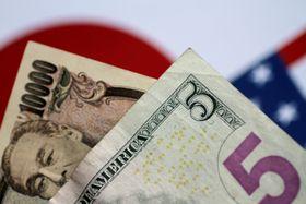 円紙幣と米ドル紙幣(ロイター=共同)