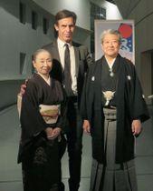 フランスの芸術文化勲章シュバリエを受章した井上八千代さん(左)と富山清琴さん(右)=15日、パリ(共同)
