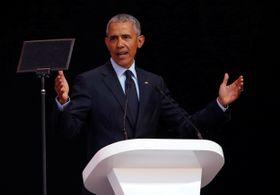 南アフリカのマンデラ元大統領誕生から100年を記念する講演で、聴衆に語り掛けるオバマ前米大統領=17日、南ア・ヨハネスブルク(ロイター=共同)