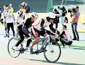 声援を受けながら力走する参加者=15日午後、静岡市駿河区の静岡競輪場