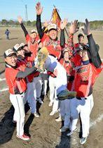 岩田監督を胴上げして優勝を喜ぶフェニックスの選手たち=17日午後、宮崎市・生目の杜運動公園