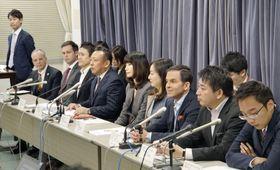 記者会見する民泊の仲介業者9社の代表者ら=11日午後、国交省