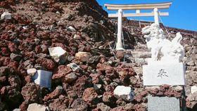 石積みが崩れた富士山の登山道=2018年10月ごろ(山梨県提供)