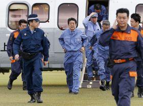台風19号による被害視察のため長野県入りした安倍首相(中央)=20日午前10時30分、長野市の長野運動公園総合運動場