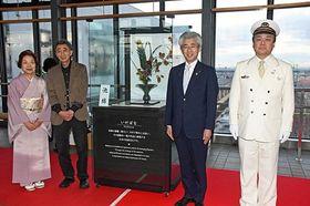展示ケースの設置を祝う(右から)橋本駅長、桜田市長、武田理事長、佐藤支部長