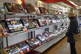 お歳暮を品定めする買い物客=青森市内の百貨店