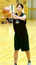 パス練習する出岐奏=福井県福井市体育館