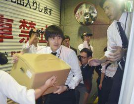 「あゆみ共同法律事務所」の大阪事務所の家宅捜索を終え、押収物を運び出す大阪地検の係官=21日午前1時1分、大阪市