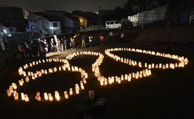広島土砂災害から5年を迎え、被災地に並べられた犠牲者を追悼する灯籠=20日午前4時20分、広島市安佐南区