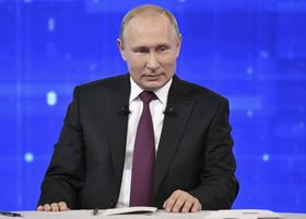 20日、モスクワのスタジオで国民からの質問に答えるロシアのプーチン大統領(タス=共同)