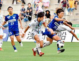 【FC今治―FC大阪】前半、決定機を迎えるも相手選手に阻まれるFC今治・桑島(右)=夢スタ