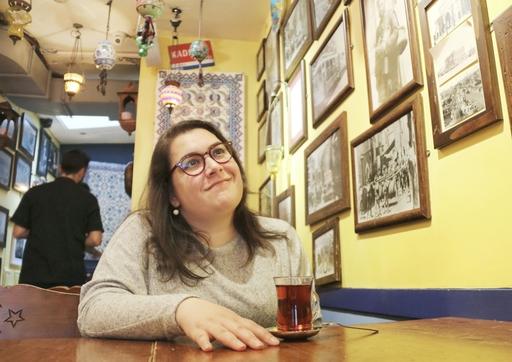 英ロンドン北部のトルコ料理店で、自国のお茶を飲むニル・スネル。自身にとって特別な店で、仕事の打ち合わせでも時折使うという=19年10月(共同)