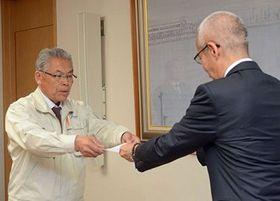 柏木副知事から認定書を受け取る企業の代表者(左)