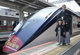 「成田屋号」で京成成田駅に到着した市川海老蔵さんと長男勸玄ちゃん=20日午前、千葉県成田市