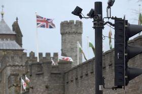 カーディフ城前の信号機に設置された監視カメラ=4月、英西部カーディフ(共同)